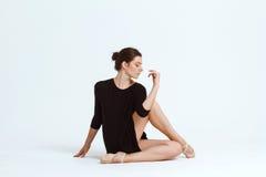 Νέα όμορφη σύγχρονη τοποθέτηση χορευτών πέρα από το άσπρο υπόβαθρο διάστημα αντιγράφων Στοκ εικόνες με δικαίωμα ελεύθερης χρήσης