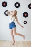 Νέα όμορφη τοποθέτηση γυναικών με τις άσπρες μπλούζες Στοκ Φωτογραφίες