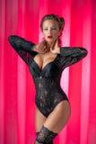 Νέα όμορφη τοποθέτηση γυναικών στο εκλεκτής ποιότητας εσώρουχο στοκ φωτογραφίες