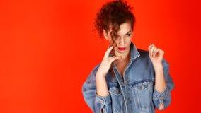 Νέα όμορφη τοποθέτηση γυναικών στο στούντιο Η έννοια της νεολαίας απόθεμα βίντεο
