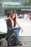 Νέα όμορφη τοποθέτηση γυναικών υπαίθρια με την τσάντα συναυλιών κιθάρων της Στοκ Εικόνες