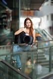 Νέα όμορφη τοποθέτηση γυναικών υπαίθρια με την τσάντα συναυλιών κιθάρων της Στοκ Φωτογραφία
