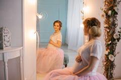 Νέα όμορφη τοποθέτηση εγκύων γυναικών σε ένα εκλεκτής ποιότητας εσωτερικό Στοκ εικόνα με δικαίωμα ελεύθερης χρήσης