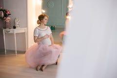 Νέα όμορφη τοποθέτηση εγκύων γυναικών σε ένα εκλεκτής ποιότητας εσωτερικό Στοκ εικόνες με δικαίωμα ελεύθερης χρήσης