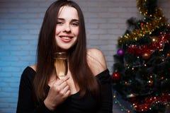 Νέα όμορφη χαμογελώντας γυναίκα που καλωσορίζει το 2018 με ένα γυαλί του cha Στοκ εικόνα με δικαίωμα ελεύθερης χρήσης