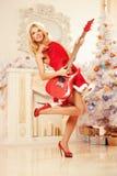 Νέα όμορφη χαμογελώντας γυναίκα santa κοντά στο χριστουγεννιάτικο δέντρο με Στοκ φωτογραφίες με δικαίωμα ελεύθερης χρήσης