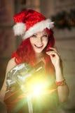 Νέα όμορφη χαμογελώντας γυναίκα santa Μοντέρνο luxur Χριστουγέννων Στοκ Εικόνες
