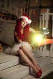 Νέα όμορφη χαμογελώντας γυναίκα santa Μοντέρνο luxur Χριστουγέννων Στοκ φωτογραφία με δικαίωμα ελεύθερης χρήσης