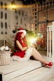 Νέα όμορφη χαμογελώντας γυναίκα santa Μοντέρνο luxur Χριστουγέννων Στοκ εικόνες με δικαίωμα ελεύθερης χρήσης