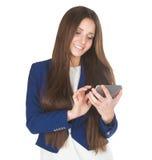 Νέα όμορφη χαμογελώντας επιχειρησιακή γυναίκα στο μπλε μήνυμα δακτυλογράφησης κοστουμιών σε την κινητή Στοκ Εικόνες