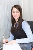 Νέα όμορφη χαμογελώντας επιχειρησιακή γυναίκα Στοκ Εικόνες