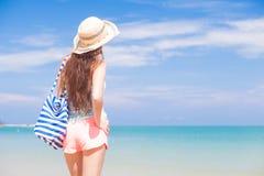 Νέα όμορφη χαλάρωση γυναικών στην ηλιόλουστη τροπική παραλία Στοκ Εικόνες
