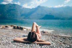 Νέα όμορφη χαλάρωση γυναικών στην παραλία χαλικιών στο όμορφο Gard Στοκ φωτογραφίες με δικαίωμα ελεύθερης χρήσης