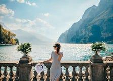 Νέα όμορφη χαλάρωση γυναικών στη γραφική λίμνη Garda Στοκ εικόνες με δικαίωμα ελεύθερης χρήσης