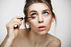 Νέα όμορφη χρωστική ουσία κοριτσιών eyelashes πέρα από το άσπρο υπόβαθρο Υγεία ομορφιάς και cosmetology έννοια Του προσώπου επεξε Στοκ Φωτογραφίες