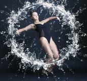 Νέα όμορφη gymnast γυναίκα στοκ εικόνα