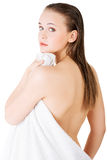 Νέα όμορφη nude γυναίκα με την πετσέτα Στοκ φωτογραφία με δικαίωμα ελεύθερης χρήσης