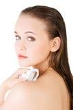 Νέα όμορφη nude γυναίκα με την πετσέτα Στοκ εικόνα με δικαίωμα ελεύθερης χρήσης