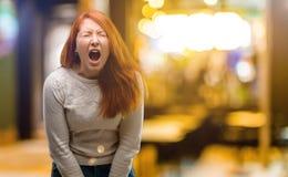 Νέα όμορφη redhead γυναίκα πέρα από το υπόβαθρο νύχτας στοκ εικόνες με δικαίωμα ελεύθερης χρήσης