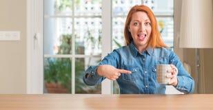 Νέα όμορφη redhead γυναίκα στο σπίτι Στοκ φωτογραφίες με δικαίωμα ελεύθερης χρήσης