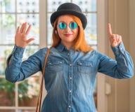 Νέα όμορφη redhead γυναίκα στο σπίτι στοκ εικόνες