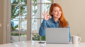 Νέα όμορφη redhead γυναίκα στο σπίτι στοκ εικόνες με δικαίωμα ελεύθερης χρήσης