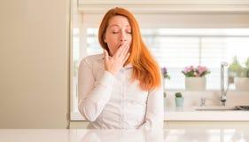 Νέα όμορφη redhead γυναίκα στο σπίτι στοκ εικόνα με δικαίωμα ελεύθερης χρήσης