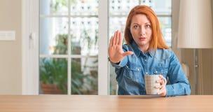 Νέα όμορφη redhead γυναίκα στο σπίτι Στοκ φωτογραφία με δικαίωμα ελεύθερης χρήσης
