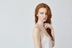 Νέα όμορφη redhead τοποθέτηση κοριτσιών στο σχεδιάγραμμα Στοκ εικόνα με δικαίωμα ελεύθερης χρήσης