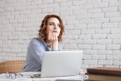 Νέα όνειρα γυναικών εργαζόμενος στοκ εικόνα με δικαίωμα ελεύθερης χρήσης