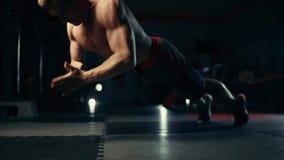 Νέα ώθηση UPS άσκησης αθλητών απόθεμα βίντεο