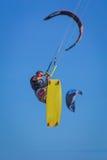 Νέα atletic κυματωγή ικτίνων ατόμων οδηγώντας σε μια θάλασσα Στοκ Εικόνα