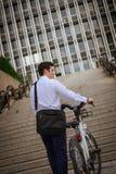 Νέα buinessman οδήγηση στην εργασία στην πόλη Στοκ Φωτογραφία