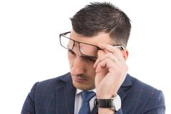Νέα bussinessman γυαλιά ρύθμισης στο μέτωπο Στοκ Εικόνα