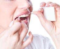 Νέα flossing δόντια γυναικών στοκ εικόνες