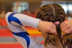 Νέα gymnast τρίχα καθορισμού κοριτσιών πριν από την εμφάνιση στοκ εικόνες