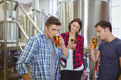 Νέα hipsters που δοκιμάζουν την μπύρα από κοινού Στοκ Εικόνα