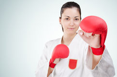 Νέα karate γυναίκα με τα glowes Στοκ φωτογραφία με δικαίωμα ελεύθερης χρήσης