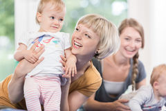 Νέα moms και τα μικρά παιδιά τους στη σειρά μαθημάτων μητέρων και παιδιών Στοκ Φωτογραφία