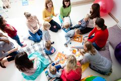 Νέα moms με τα παιδιά τους Στοκ φωτογραφία με δικαίωμα ελεύθερης χρήσης