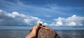 Νέα nude γυναίκα που απολαμβάνει τη φύση Στοκ Φωτογραφία
