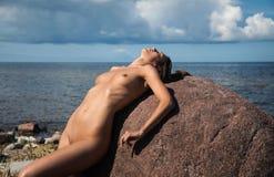 Νέα nude γυναίκα που απολαμβάνει τη φύση Στοκ Εικόνες