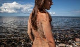 Νέα nude γυναίκα που απολαμβάνει τη φύση Στοκ φωτογραφίες με δικαίωμα ελεύθερης χρήσης