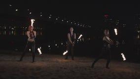 Νέα poisters που περιστρέφουν το κάψιμο POI στην όχθη ποταμού απόθεμα βίντεο