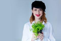 Νέα redhead γυναίκα στα χορτάρια εκμετάλλευσης καπέλων oregano Στοκ Εικόνα