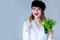 Νέα redhead γυναίκα στα χορτάρια εκμετάλλευσης καπέλων oregano Στοκ Εικόνες