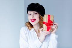 Νέα redhead γυναίκα στο κιβώτιο δώρων Χριστουγέννων εκμετάλλευσης καπέλων Στοκ Φωτογραφίες
