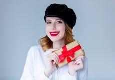 Νέα redhead γυναίκα στο κιβώτιο δώρων Χριστουγέννων εκμετάλλευσης καπέλων Στοκ εικόνα με δικαίωμα ελεύθερης χρήσης