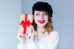 Νέα redhead γυναίκα στο κιβώτιο δώρων Χριστουγέννων εκμετάλλευσης καπέλων Στοκ Εικόνες