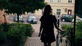 Νέα Redhead κυρία Walking Down τα σκαλοπάτια στην πόλη φιλμ μικρού μήκους